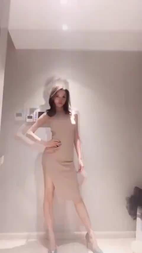 猫步轻俏美女性感美大抖胸短视频下载