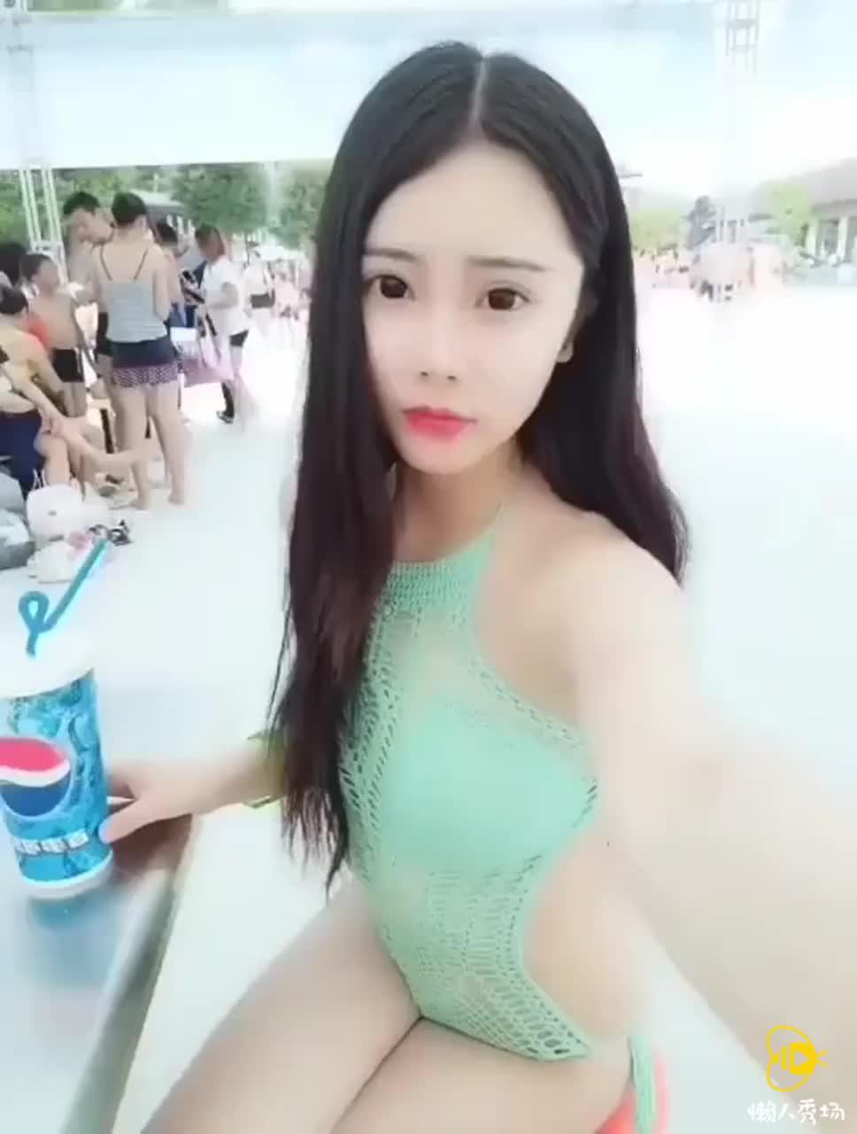 边喝可乐边自拍美女性感泳装海边比基
