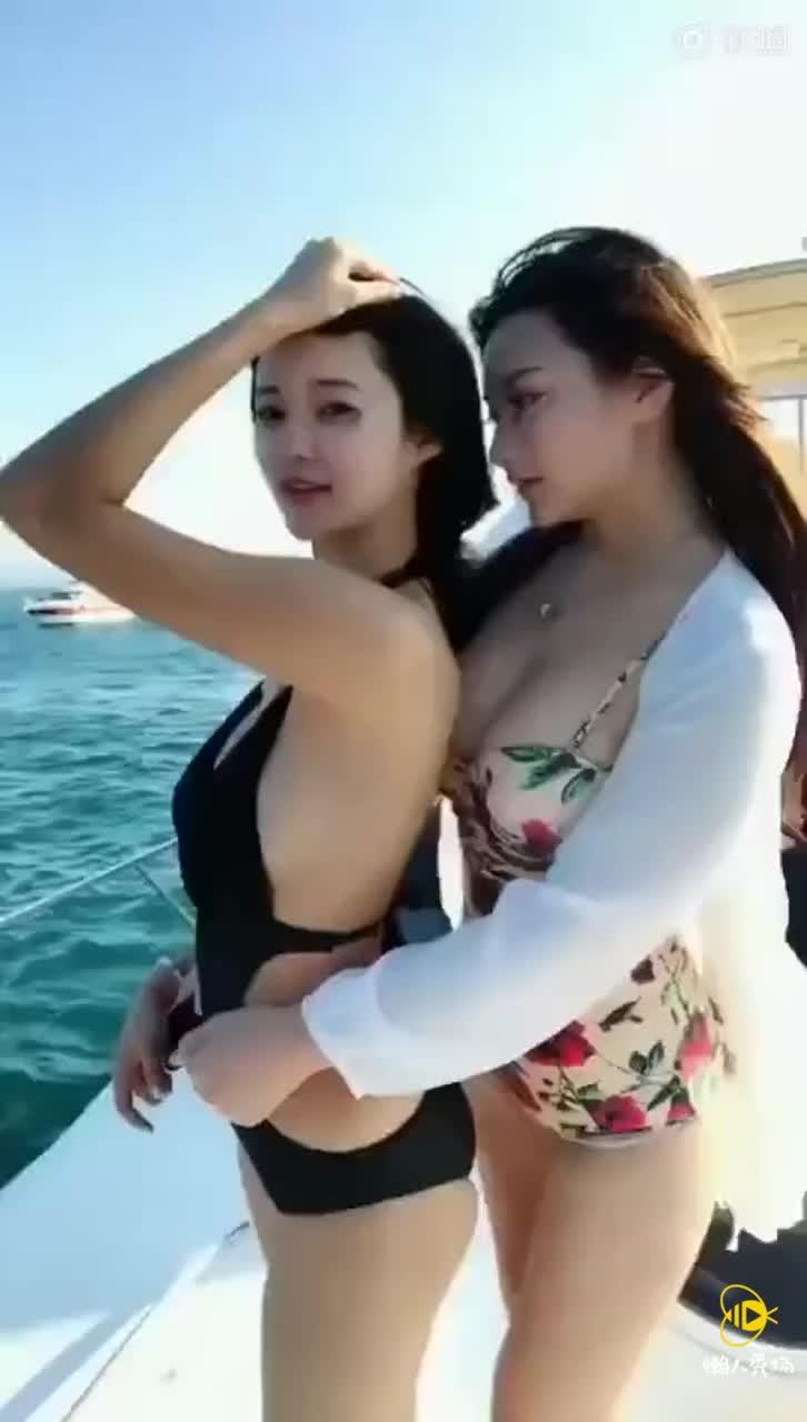 美女双人妩媚展示性感泳装海边比基尼