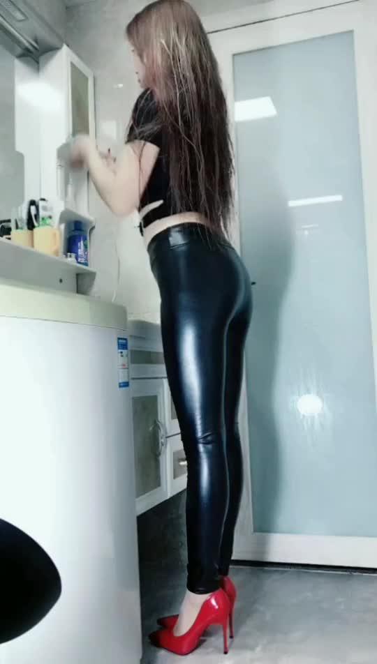 黑亮的皮裤美女喜欢吗美女性感电美抖