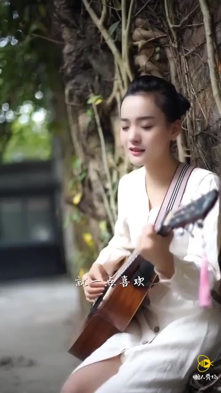 美女吉他伴奏《说散就散》抖音10秒健